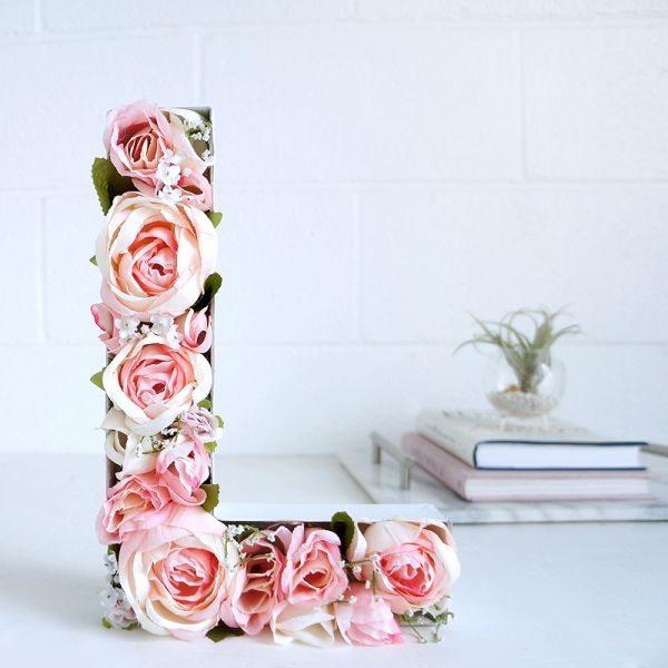 Letras decoradas com flores artificiais são lindas e sempre fazem muito sucesso (Foto: blog.lulus.com)