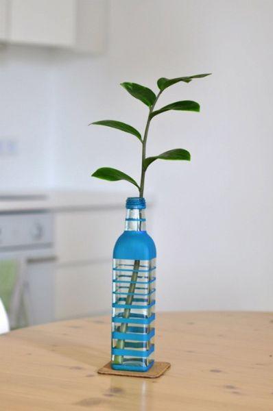 Vaso de garrafa pintado e decorado pode ter várias combinações de cores (Foto: icreativeideas.com)