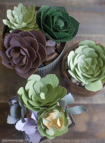 Aprenda a seguir como fazer 4 tipos de suculentas de papel passo a passo, para decorar de forma primorosa a sua casa ou a sua festa.