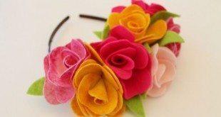 Renove as suas produções com arco decorado com flores de feltro, que pode ter a combinação de cores que você desejar (Foto: nowthatspretty.blogspot.com.br)