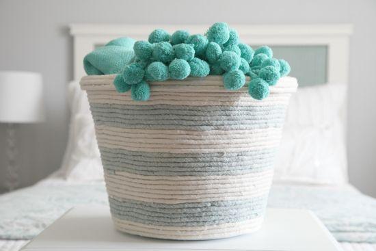 Cesto de plástico decorado é lindo e útil (Foto: iheartorganizing.com)