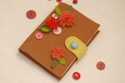 Faça muitos deste porta-agulha de feltro, para sempre ter em mãos os seus alfinetes e agulhas (Foto: craftstylish.com)