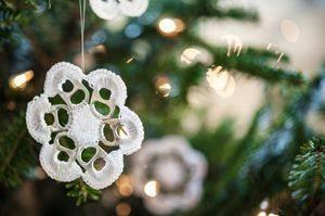 Flor de crochê com anel de latinha é linda e versátil, podendo se transformar nas mais diversas peças ou enfeitar as mais diversas peças (Foto: escamastudio.com)