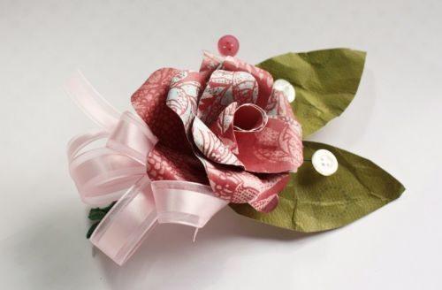 Estas flores de cartolina podem ter vários complementos (Foto: makeandtakes.com)
