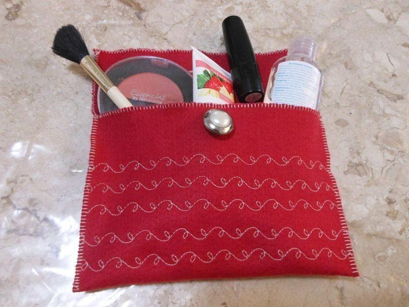 Esta simpática bolsinha de feltro pode até mesmo sair para passear (Foto: singer.com.br)