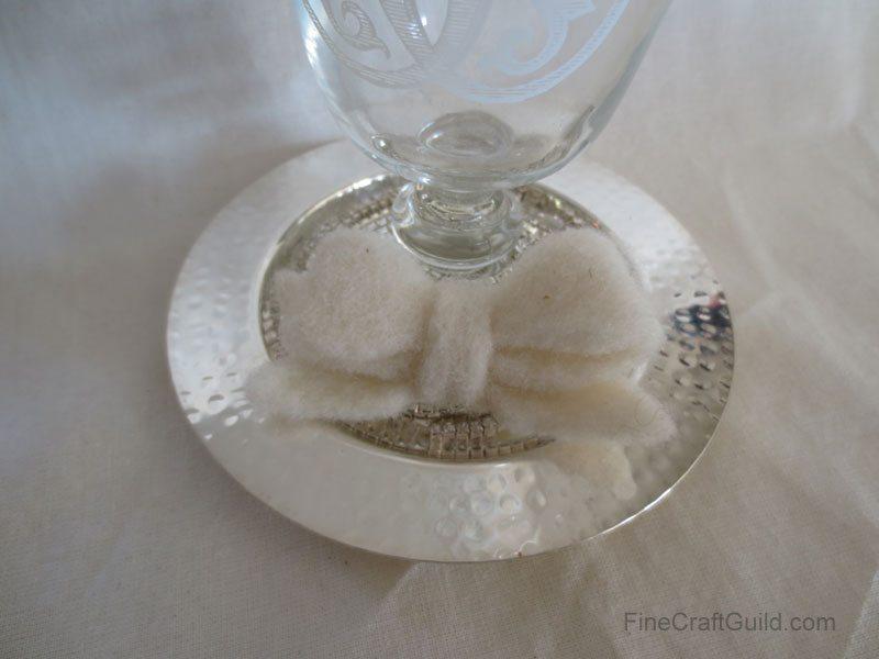 Este lacinho delicado de feltro pode ir parar até na sua bolsa, como detalhe (Foto: finecraftguild.com)