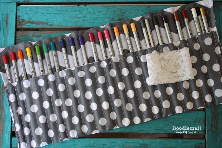 Porta lápis de cor embeleza a sua escrivaninha (Foto: doodlecraftblog.com)