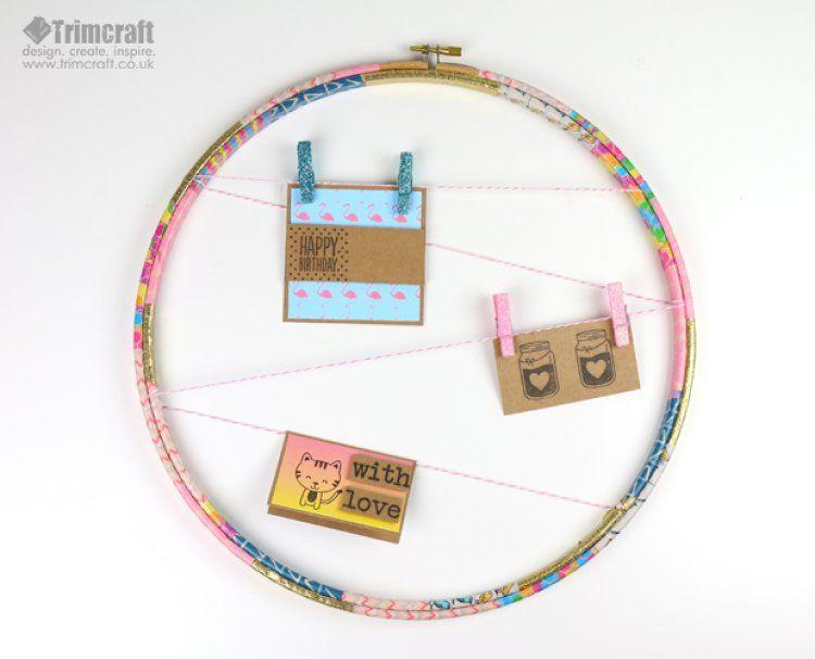 Porta-recados de aro de bordado é lindo e útil (Foto: trimcraft.co.uk)