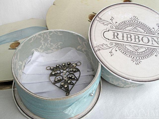 Potinhos feitos com rolo de fita são lindos, delicados e guardam as miudezas com capricho (Foto: melstampz.blogspot.com.br)