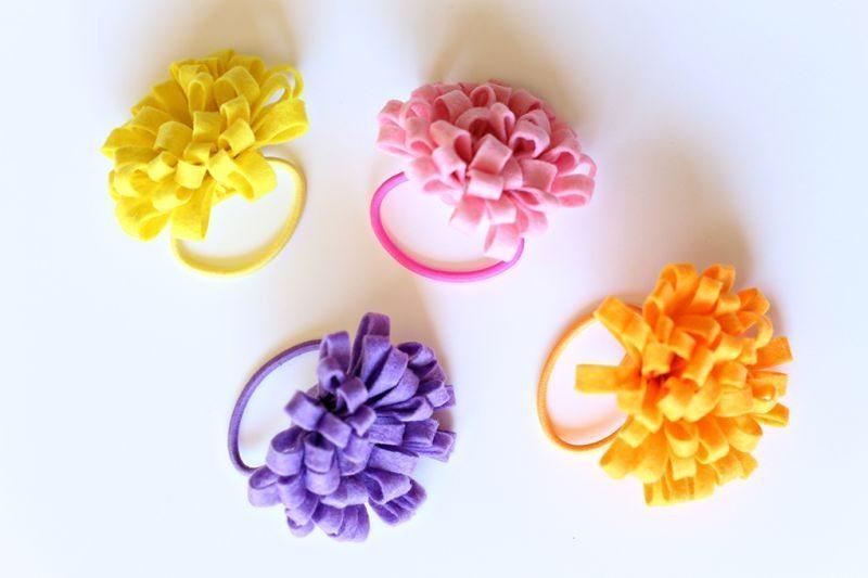 Este prendedor de cabelo com florzinha é lindo e você não vai conseguir fazer apenas um (Foto: seevanessacraft.com)