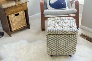 Puff com quadrado de madeira pode ainda servir para guardar objetos (Foto: capitolromance.com)