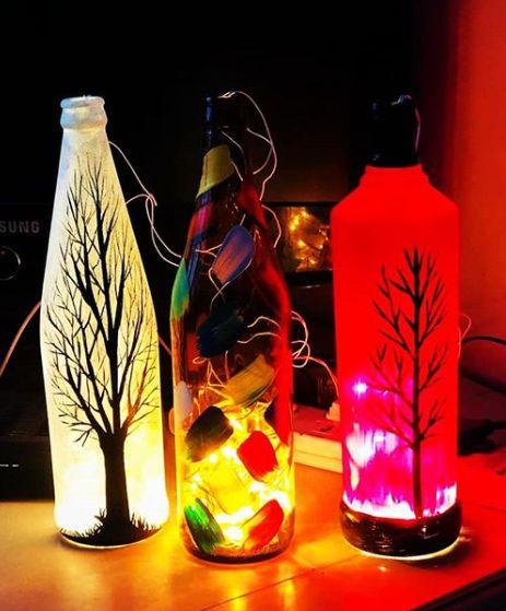 garrafas com iluminação dentro