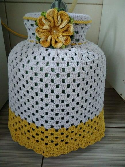 capa de botijao em croche com flor amarela