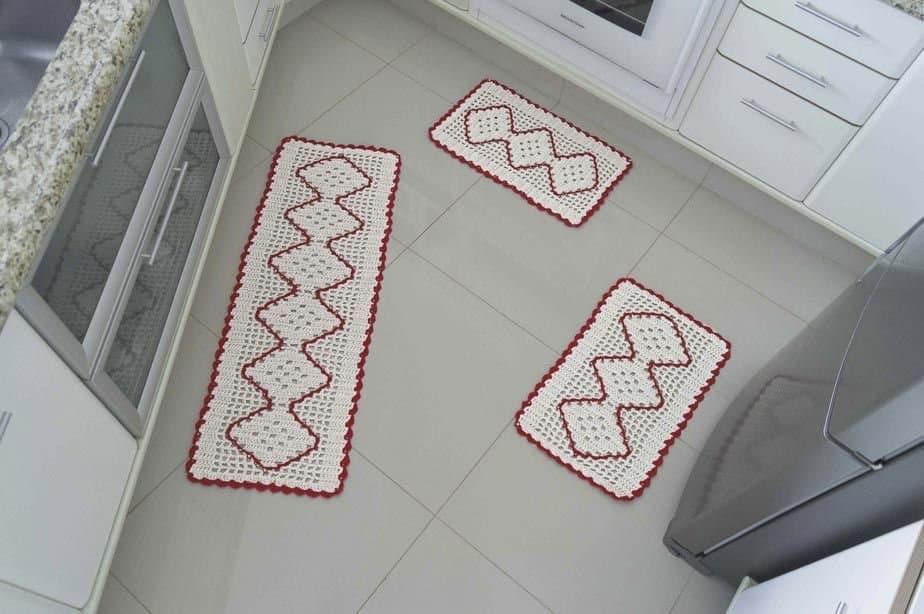jogo de tapete branco e vermelho
