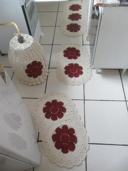 tapete de croche com flores vermelhas
