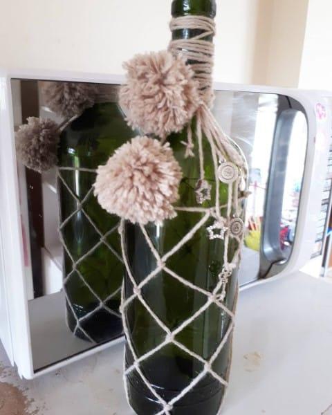 Garrafa decorada com macramê