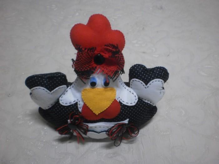 galinha de feltro sentada