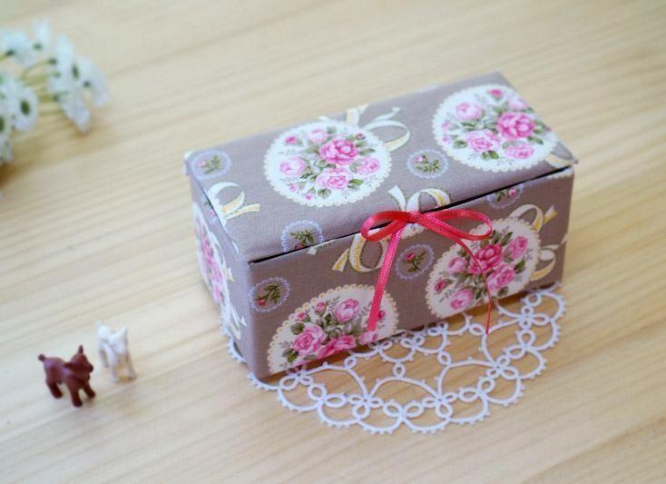 Agora se lembra daquela parte que você fechou para ver a marcação da caixa  de leite? Abra-a para dobrar a caixa. Dobre a caixa de leite de um modo que  ela ...