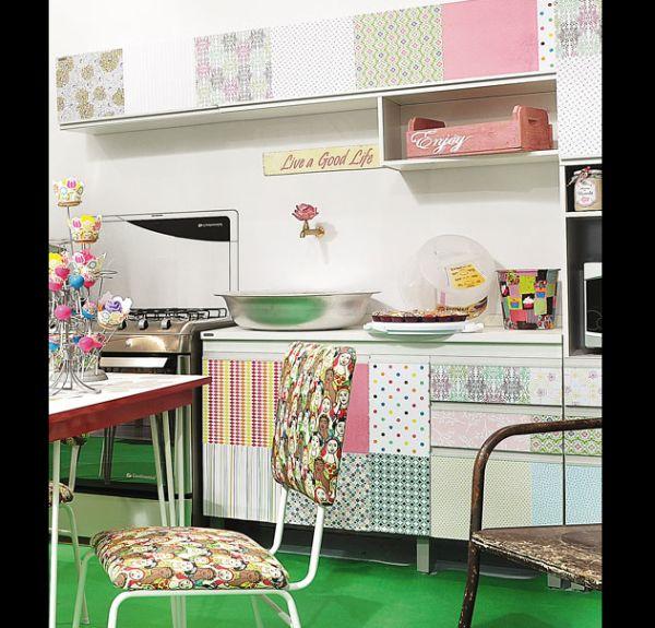 armário de cozinha com papel de parede