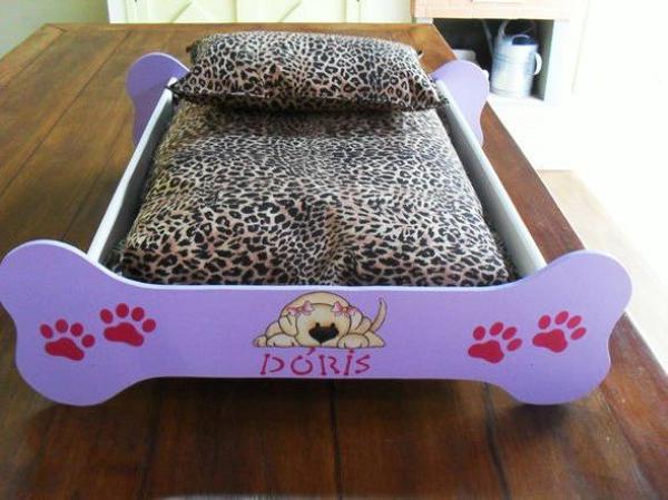 cama de cão de madeira