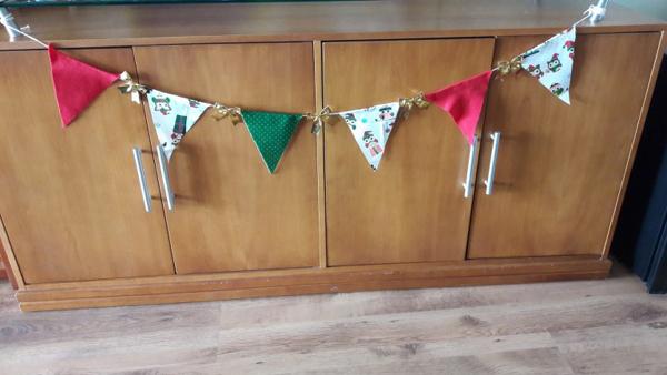 bandeirinhas de festa junina decorando sala