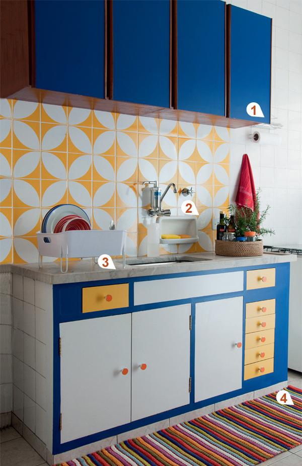 mix de cores em armário de cozinha