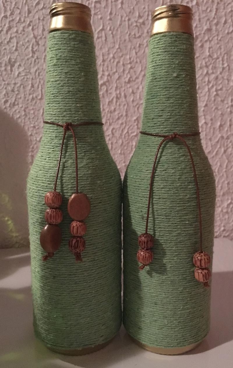 barbante colorido e contas na garrafa de vidro
