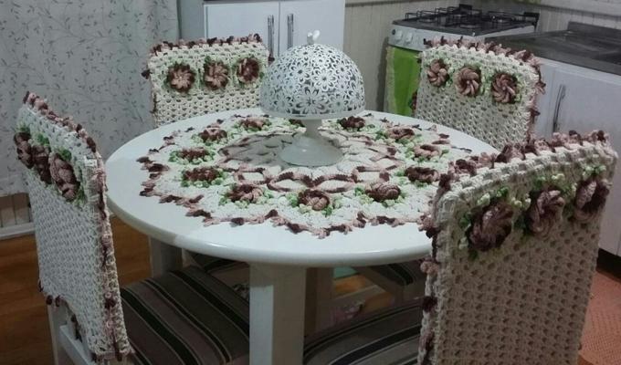 jogo de mesa e cadeiras em crochê