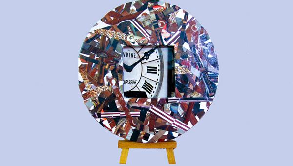 relógio de mesa com revista