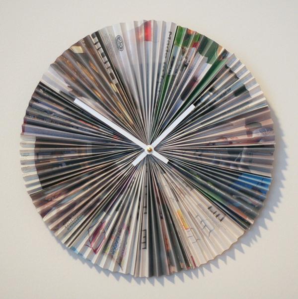 relógio de parede com folha de revista