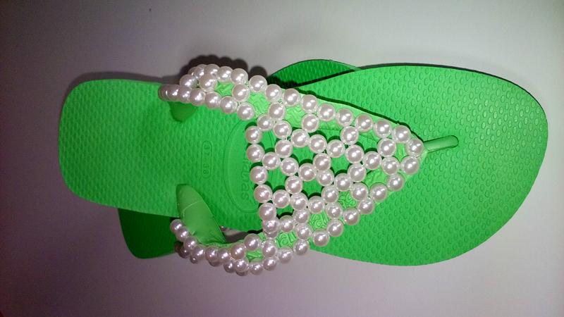 chinelo customizado com perolas trançadas