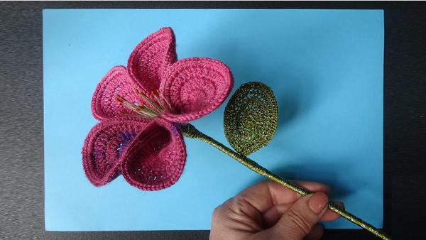 flor de croche com caule