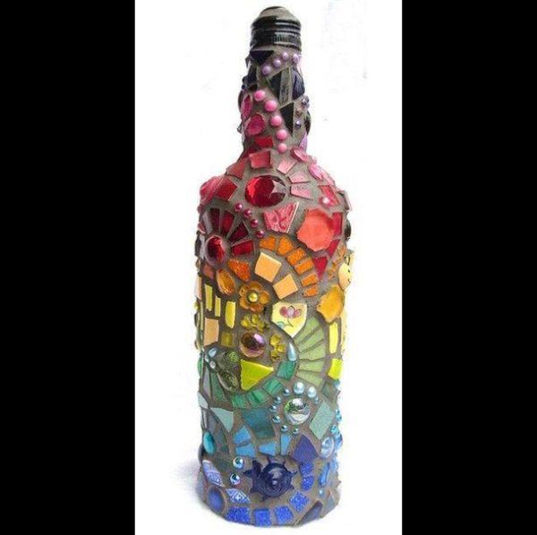 decoração de garrafa com mosaico colorido