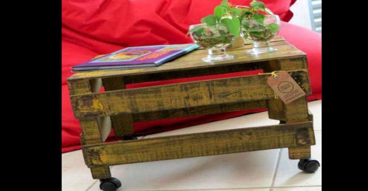 mesa de caixa de madeira com rodas