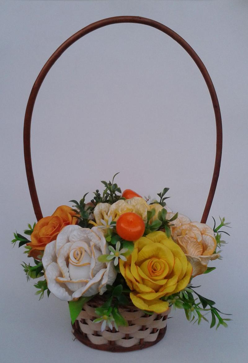cesta decorada com flores e folhas