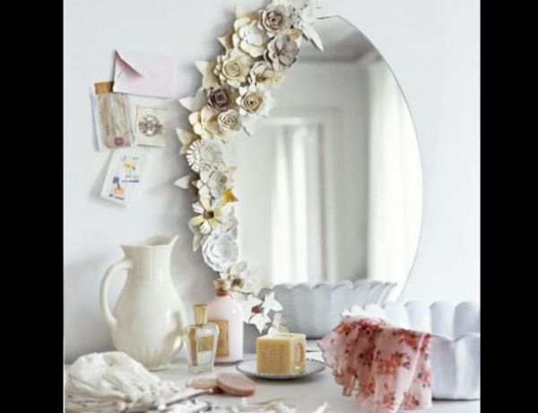 espelho com flores com caixa de ovos
