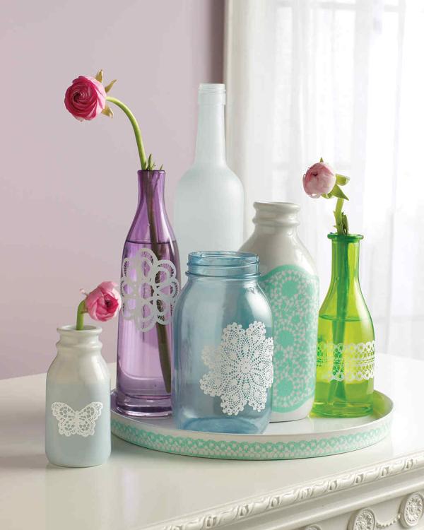garrafa de vidro com doilies