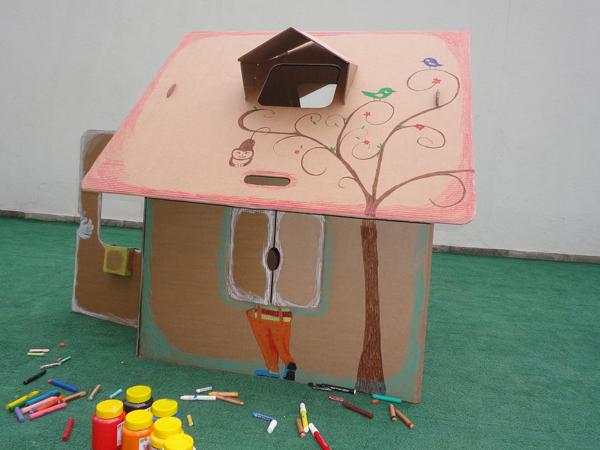 casa de papelão com claraboia