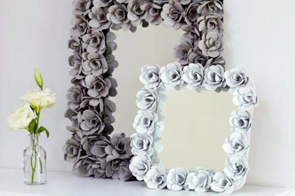 espelho com moldura de flores com caixa de ovos