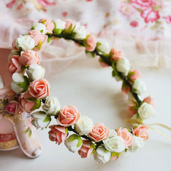 coroa com flores romanticas