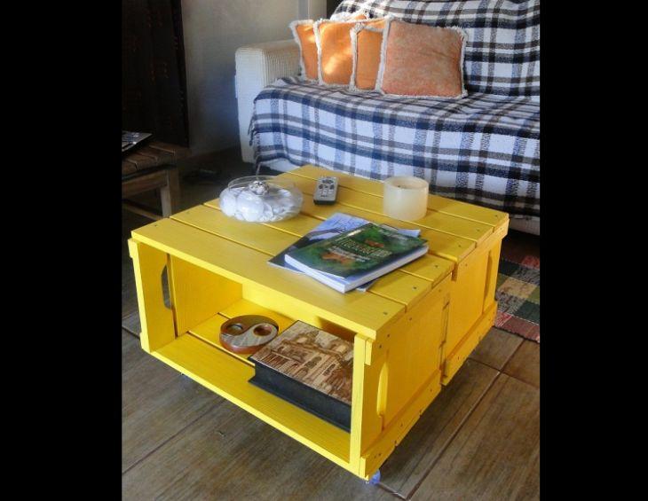 mesa de caixa de madeira amarela