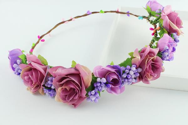 coroa com flores roxas