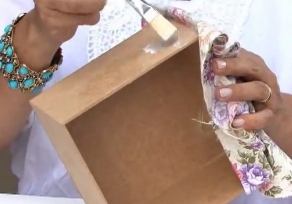 como fazer decoupage com tecido