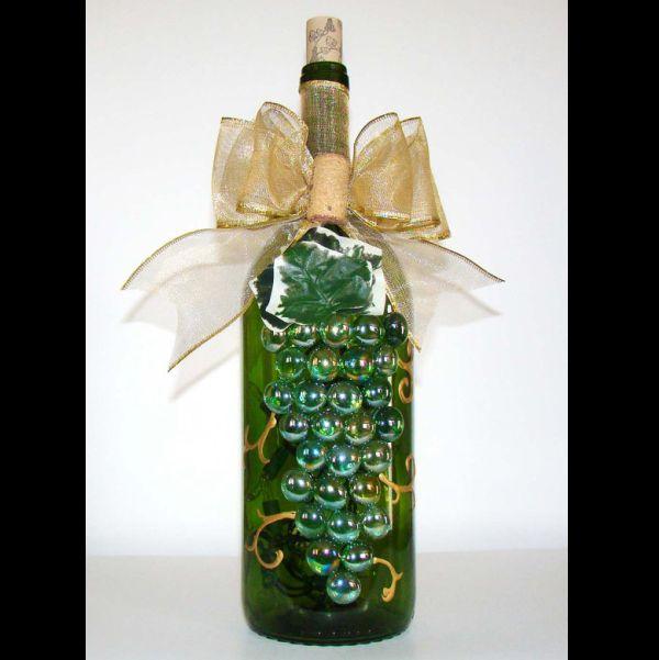 garrafa de vidro com cacho de uva