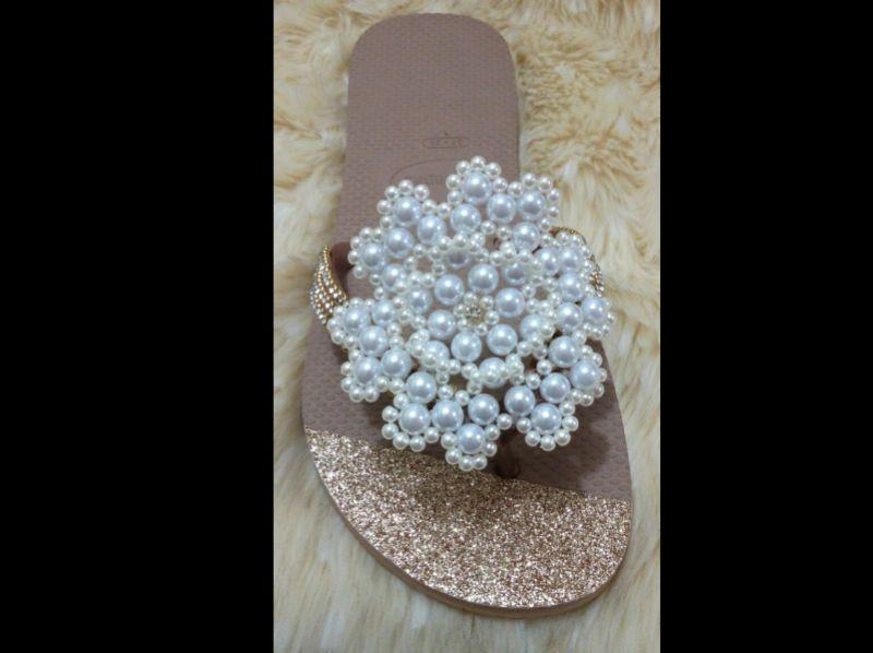 chinelo customizado com perolas e flor