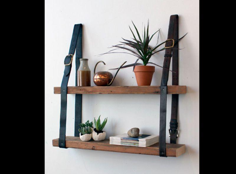 prateleira de madeira com couro