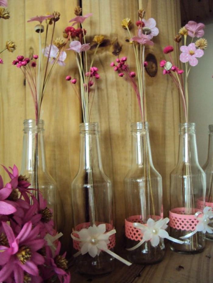 Enfeite de garrafa com flores e renda