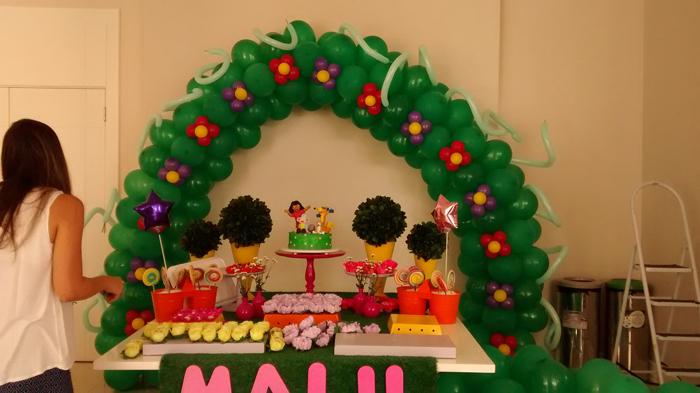 arco de balões com flor
