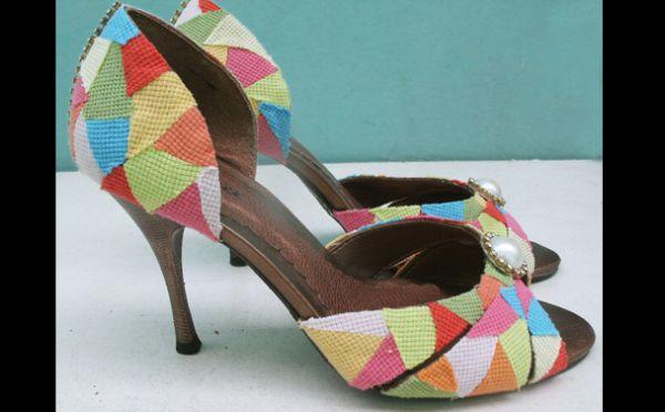 sapato customizado com retalhos de tecido