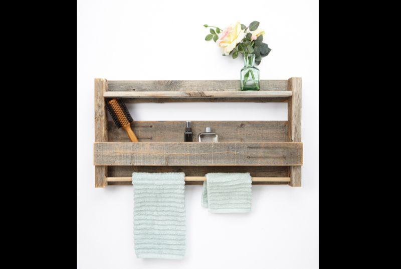 prateleira de madeira com gancho